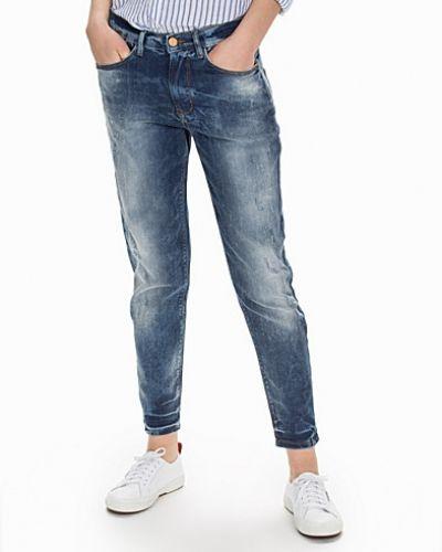 Sisters Point boyfriend jeans till tjej.