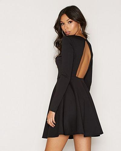 Svart långärmad klänning från NLY One till dam.