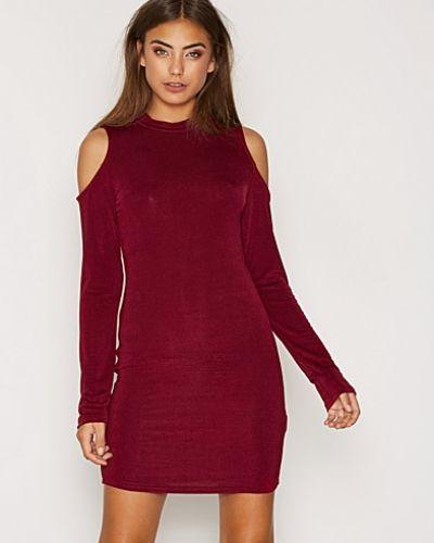 Till dam från Glamorous, en röd klänning.