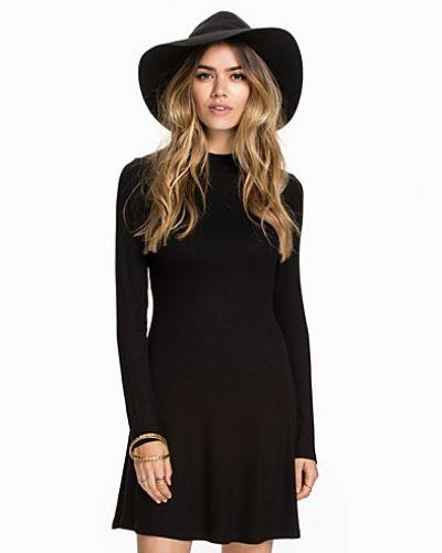 Till dam från NLY Trend, en svart klänning.
