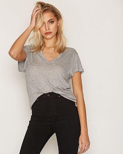 Till dam från Dagmar, en grå t-shirts.