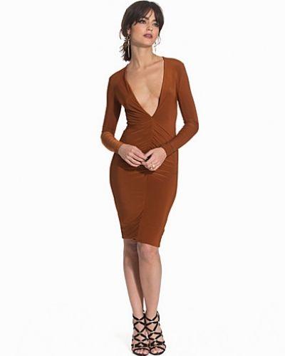 Till dam från Club L, en brun långärmad klänning.