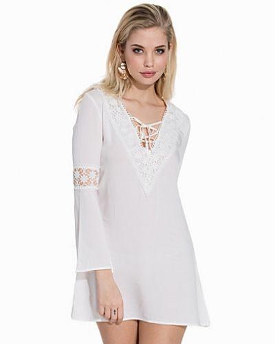 Till dam från Glamorous, en vit tunika.
