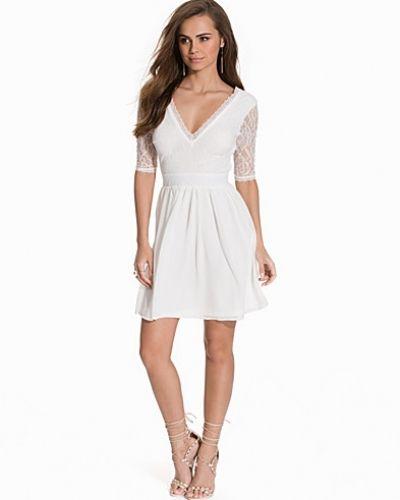 Klänning V-Neck Scallop Dress från NLY One