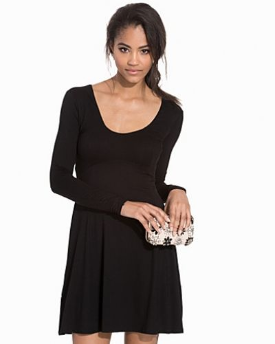 Klänning V-Neck Sweetheart Skater Dress från Club L Essentials
