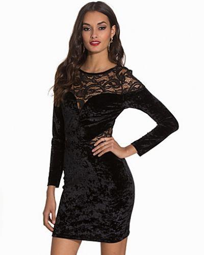 Till dam från NLY One, en svart fodralklänning.
