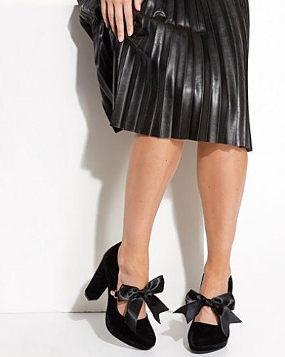 Till dam från Nly Shoes, en svart pumps.