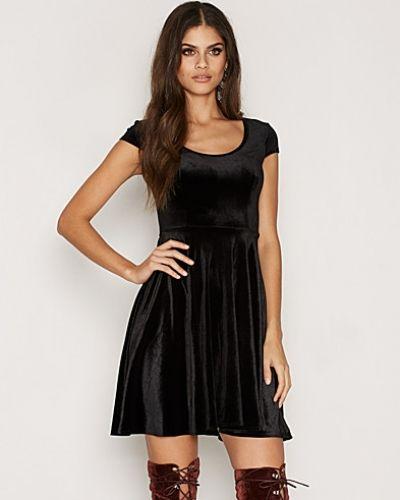 Klänning Velvet Skater Dress från NLY One