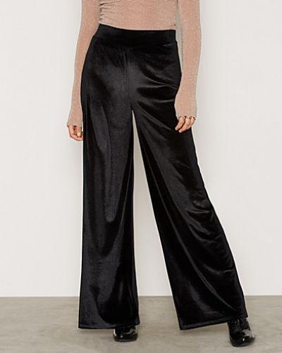 Byxa Velvet Wide Pants från NLY Trend