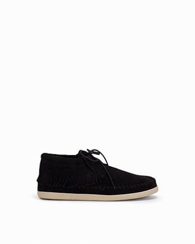 Till dam från Minnetonka, en svart sneakers.