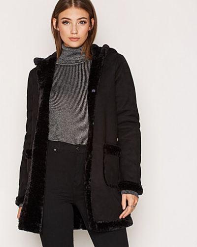 Till dam från VILA, en svart kappa.