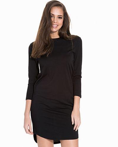 Till dam från Samsøe & Samsøe, en svart klänning.