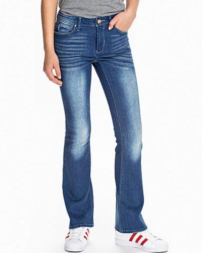 Till dam från VILA, en blå bootcut jeans.