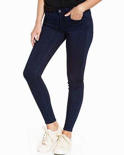 Till dam från VILA, en blå slim fit jeans.