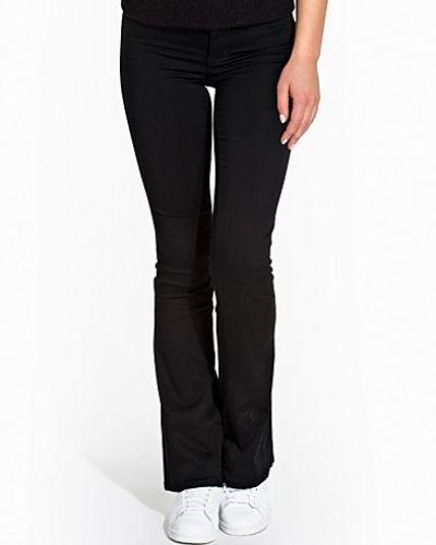 Till tjejer från VILA, en svart bootcut jeans.