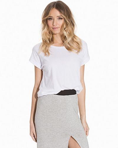 Till dam från VILA, en vit t-shirts.