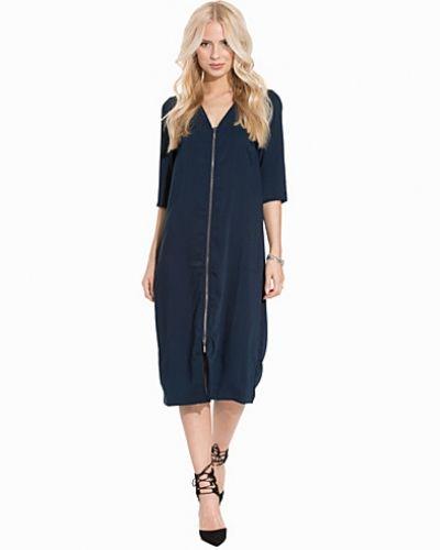 Till dam från VILA, en blå maxiklänning.