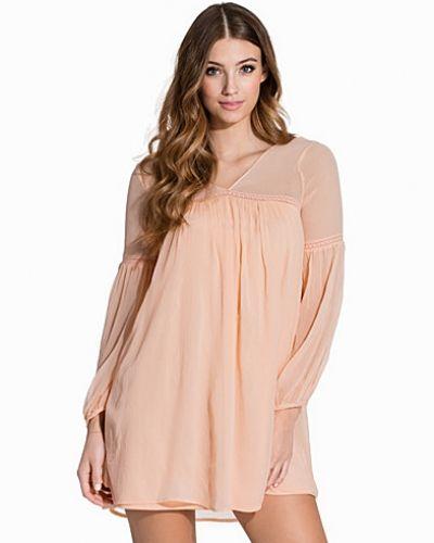 Till dam från VILA, en rosa långärmad klänning.