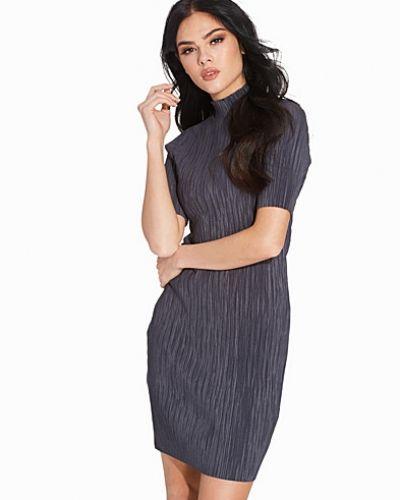 Till dam från VILA, en grå klänning.