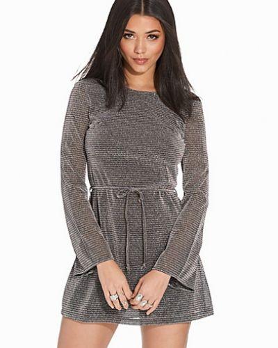 Silver långärmad klänning från Motel till dam.