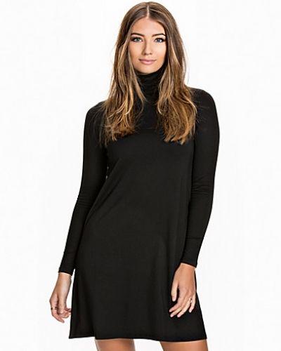 Till dam från VILA, en svart festklänning.