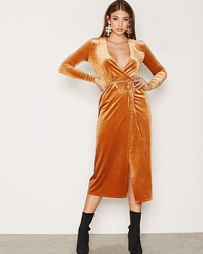 VIVELVETINE DRESS VILA långärmad klänning till dam.