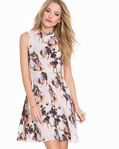 Till dam från mbyM, en flerfärgad klänning.