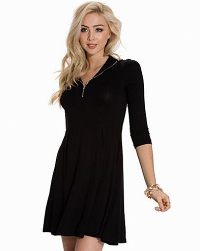 VMNIHO 3/4 ROLLNECK ZIP DRESS NFS Vero Moda klänning till dam.