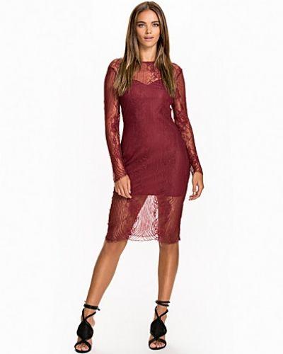 Till dam från NLY Trend, en röd fodralklänning.