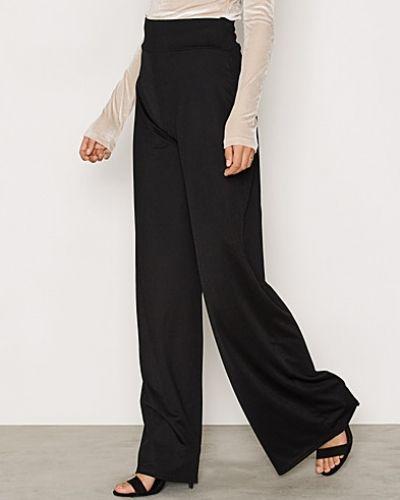 Byxa Wide Crepe Pants från NLY Trend