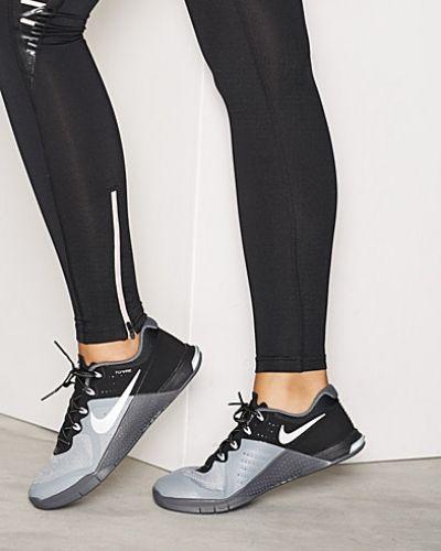Till dam från Nike, en grå sportsko.