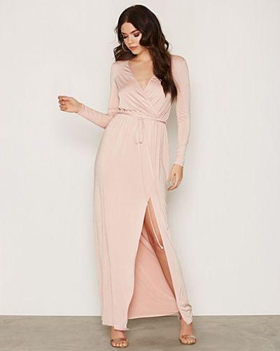Till dam från NLY One, en rosa maxiklänning.