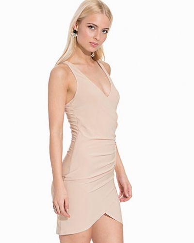 Till dam från NLY One, en beige fodralklänning.