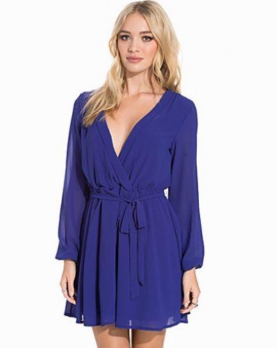 Klänning Wrapped Dress från NLY Trend