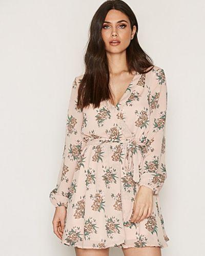 Långärmad klänning från NLY Trend till dam.