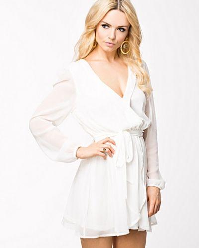 Till dam från NLY Trend, en vit festklänning.