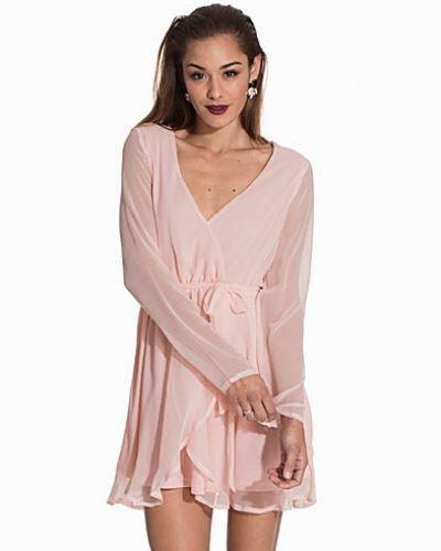 Rosa klänning från NLY Trend till dam.