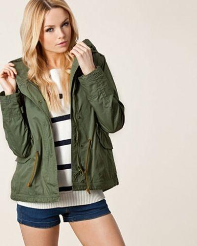 Till dam från Woolrich, en grön övriga jacka.