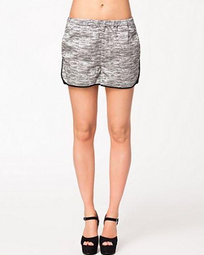 Till dam från Second Female, en grå shorts.