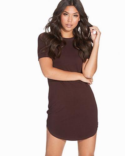 Brun klänning från NLY Trend till dam.