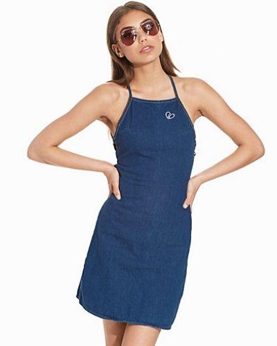 Till kvinna från Motel, en blå minikjol.